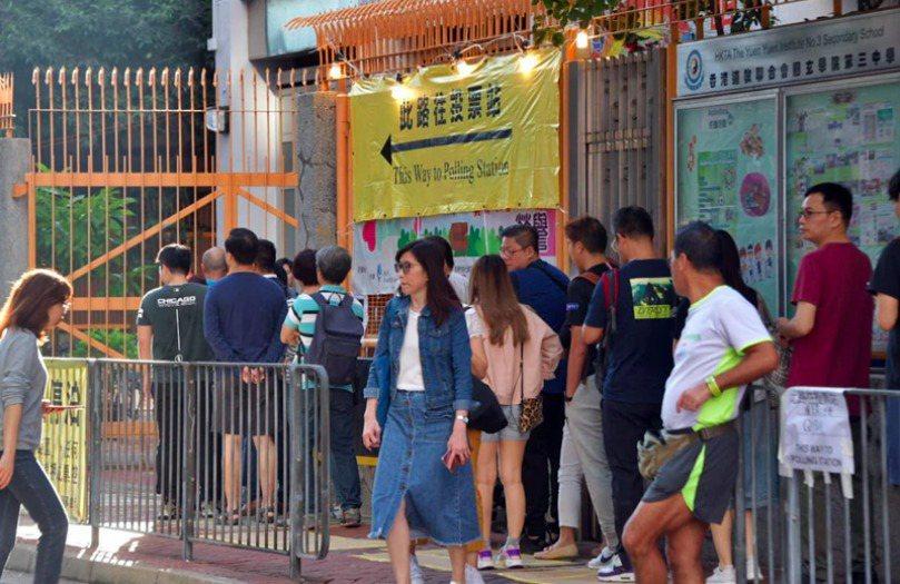 香港24日舉行區議會選舉。圖/取自星島網