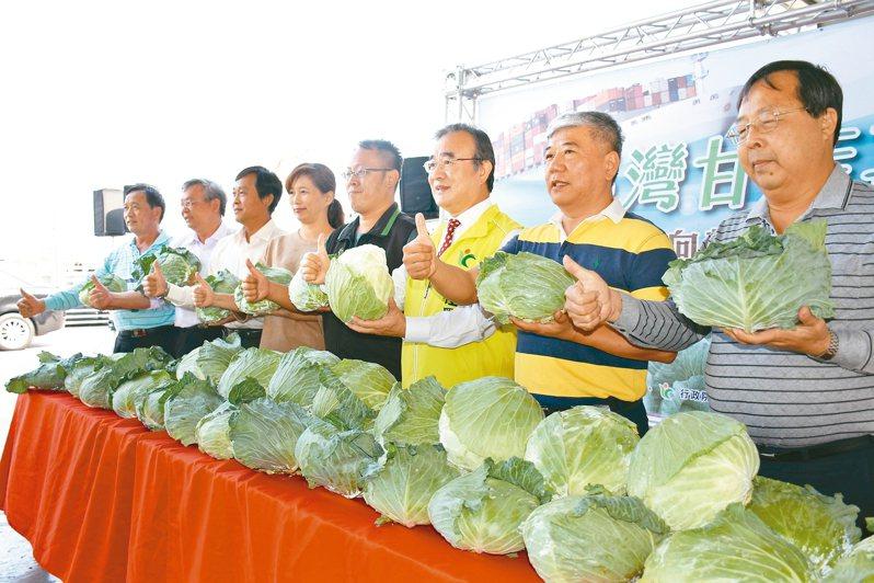 農糧署長胡忠一(右三)等人昨天主持高麗菜封櫃出口典禮。 記者李京昇/攝影
