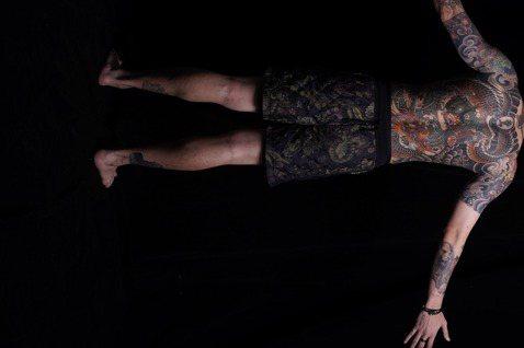 金曲嘻哈團「頑童MJ116」宣布單飛不解散,小春(Kenzy)打頭陣,先發EP「啥款」,半裸大露背部刺青上陣,他主動提出在視覺上展露自己花10個月完成的的日本武士道美學刺青。作為頑童單飛不解散的先發...