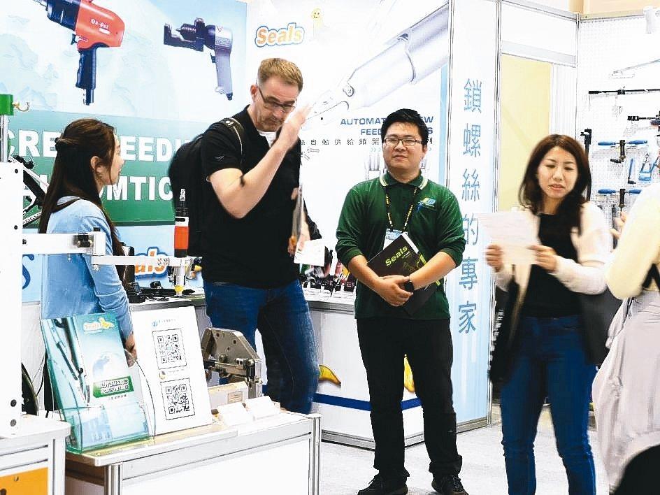 真多貿易於2019台北國際自行車展覽會展出各式自行車、氣動及五金等工具。 業者/...