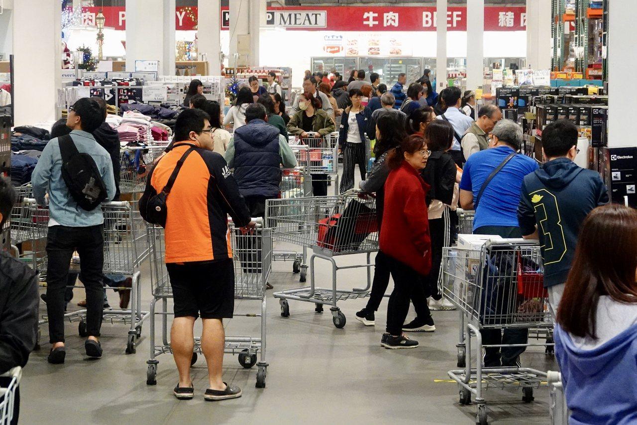 Costco好市多「2019黑色購物節」起跑,多項商品祭出優惠吸引民眾消費。記者...