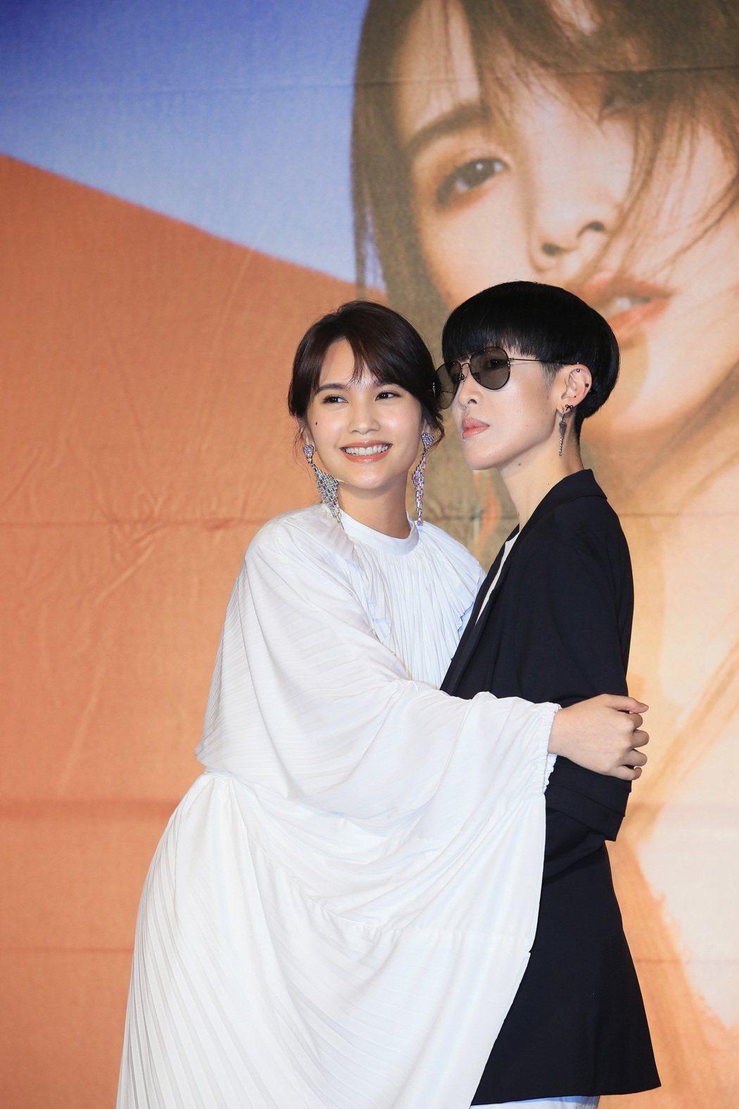 楊丞琳(左)《刪·拾以後》發片記者會上,珊妮老師到場相挺。聯合報系記者潘俊宏/攝