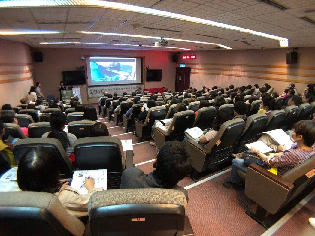 中高齡情緒照護與輔助療法國際研討會議題超夯且內容豐富精采,現場幾乎座無虛席。 高...