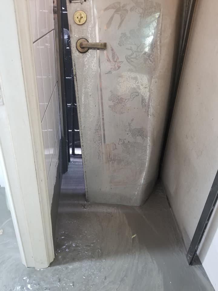 連鐵門都被灌入的水泥撞凹。圖/取自爆怨公社