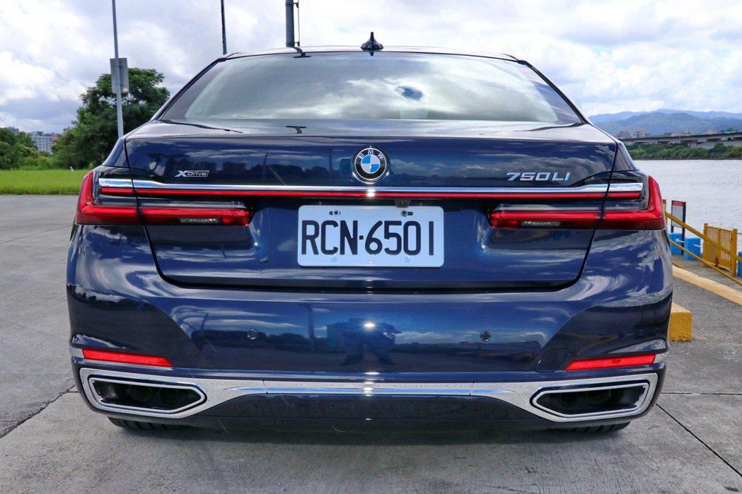 車尾部分則以修長的貫穿式LED尾燈與水平鍍鉻飾條,勾勒細緻優雅背影。 記者陳威任...