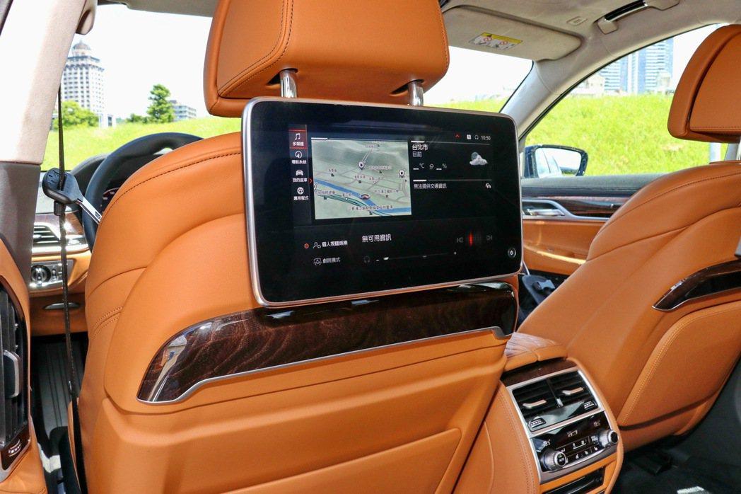 試駕車款選配後座影音系統含雙10吋觸控式螢幕(18.9萬元)。 記者陳威任/攝影