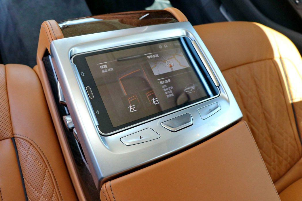 長軸車型標準配備之7吋後座專屬控制平板(Touch Command)。 記者陳威...