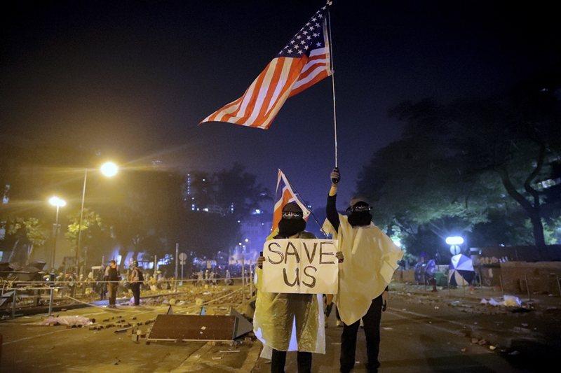 美國參議院火速通過《香港人權與民主法案》。圖為香港理工大學示威現場,攝於11月19日,香港。 圖/美聯社