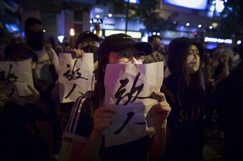 民眾於香港理工大學外聲援仍受困校園的示威者,攝於11月25日,香港。 圖/美聯社