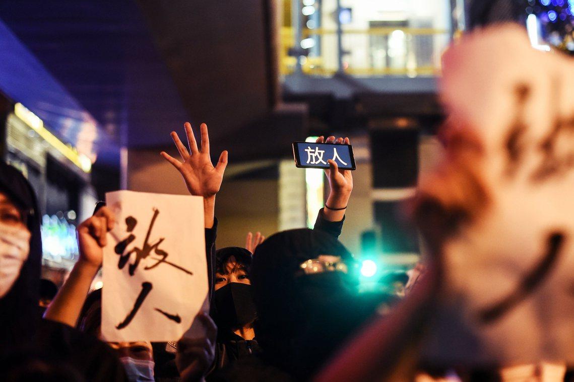 25日晚,選後的港人聲援理大,要港警「放人」。 圖/法新社