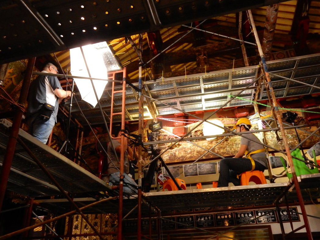 攝影團隊跟隨修復師腳步,委身在鷹架狹小空間拍攝。 文化部文化資產局/提供