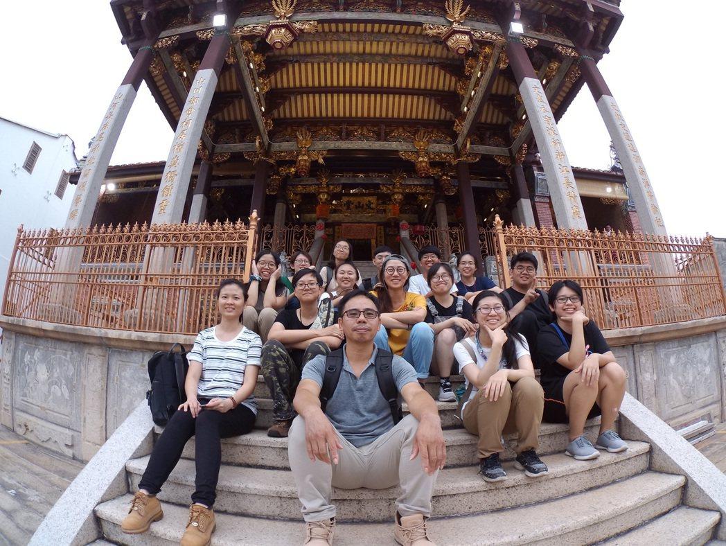 由臺南藝術大學組成的專業彩繪修復師團隊。 文化部文化資產局/提供