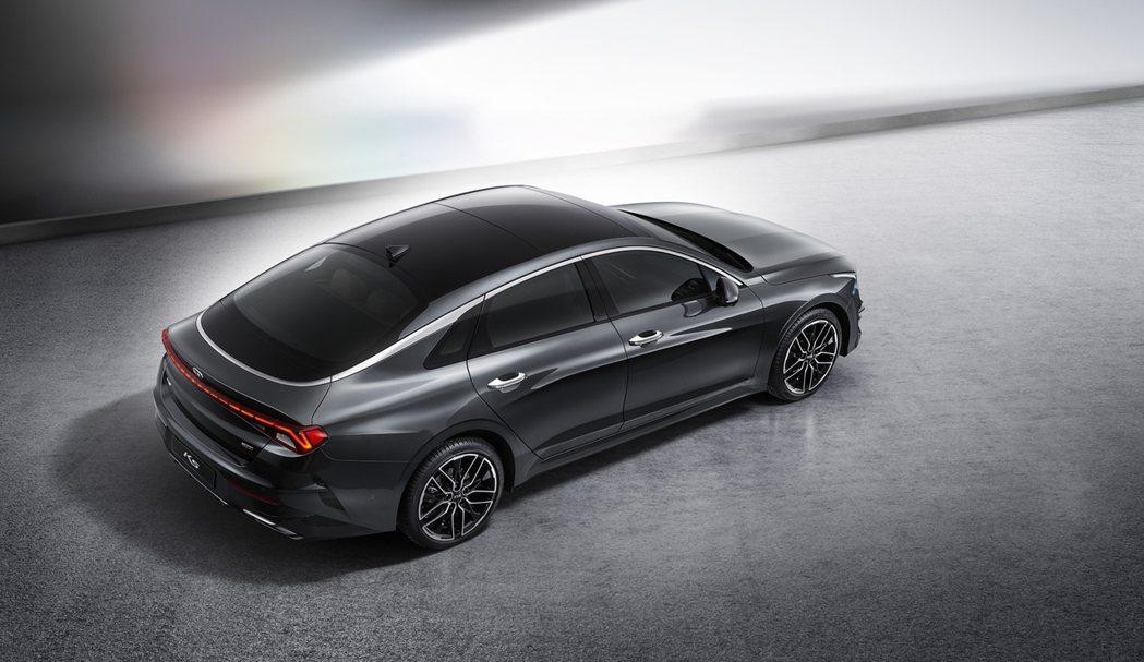 第三代Kia K5除了既有的汽油動力外,也推出了全新LPi天然氣動力車,並藉由大...