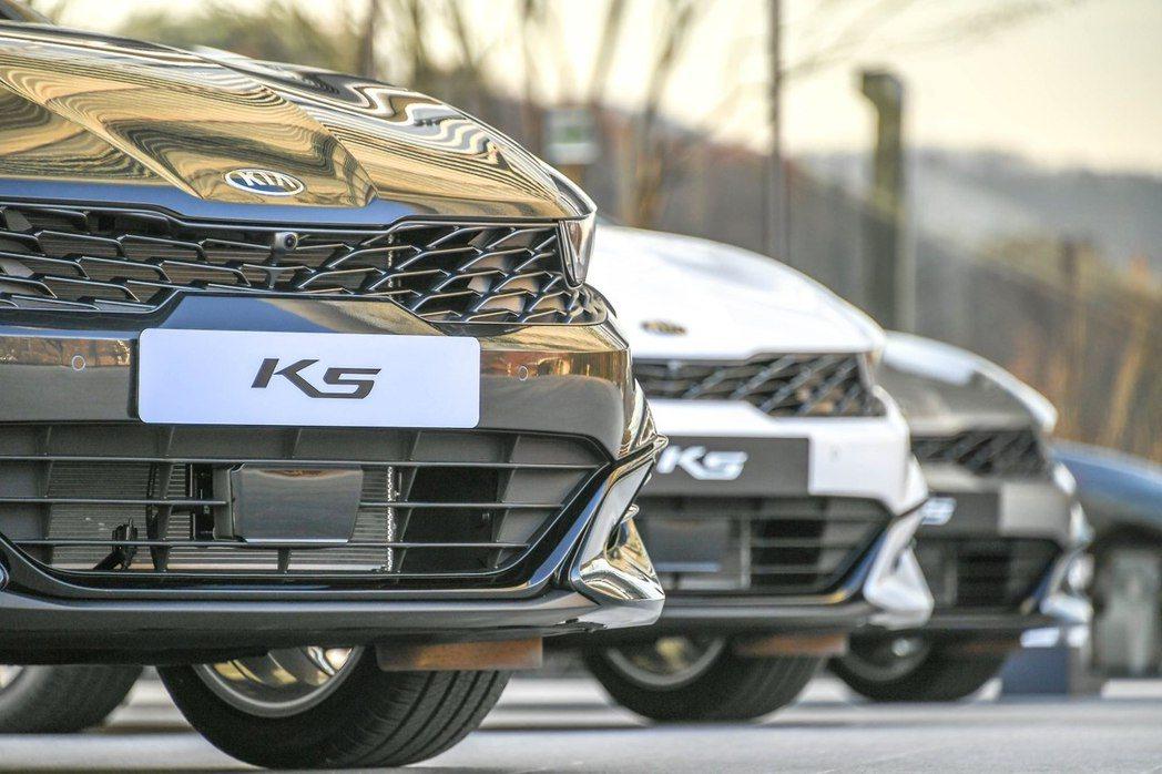 第三代Kia K5依然留有品牌獨特標誌「Tiger Nose」。 摘自Kia