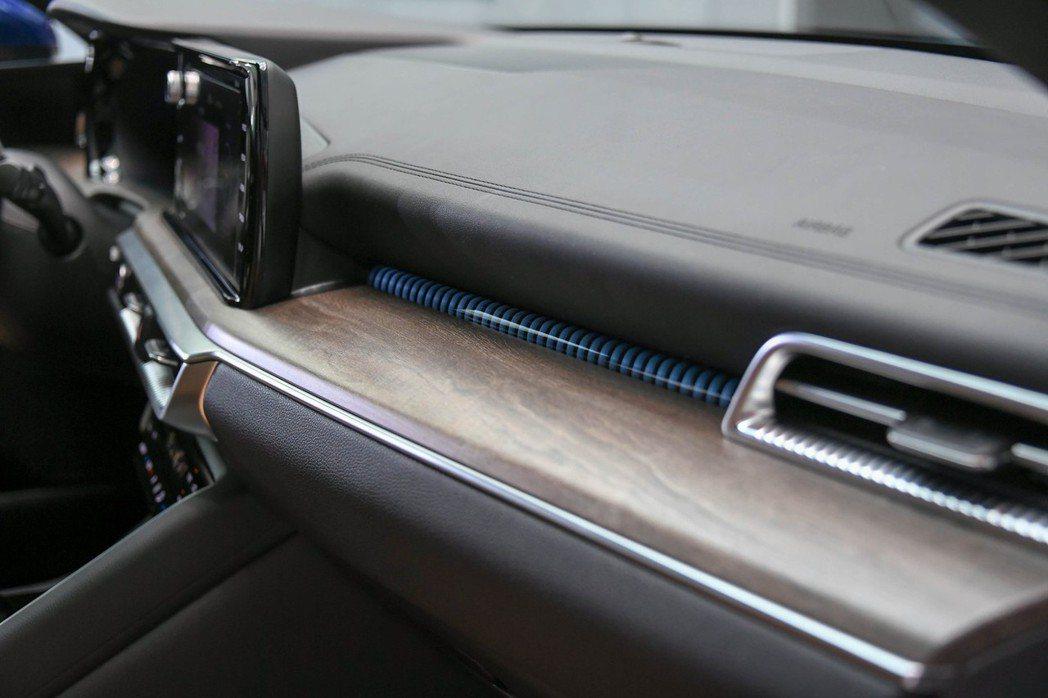 第三代Kia K5中控使用了木質飾板增添溫暖的氣息,且車內也配置了含多種顏色可選...