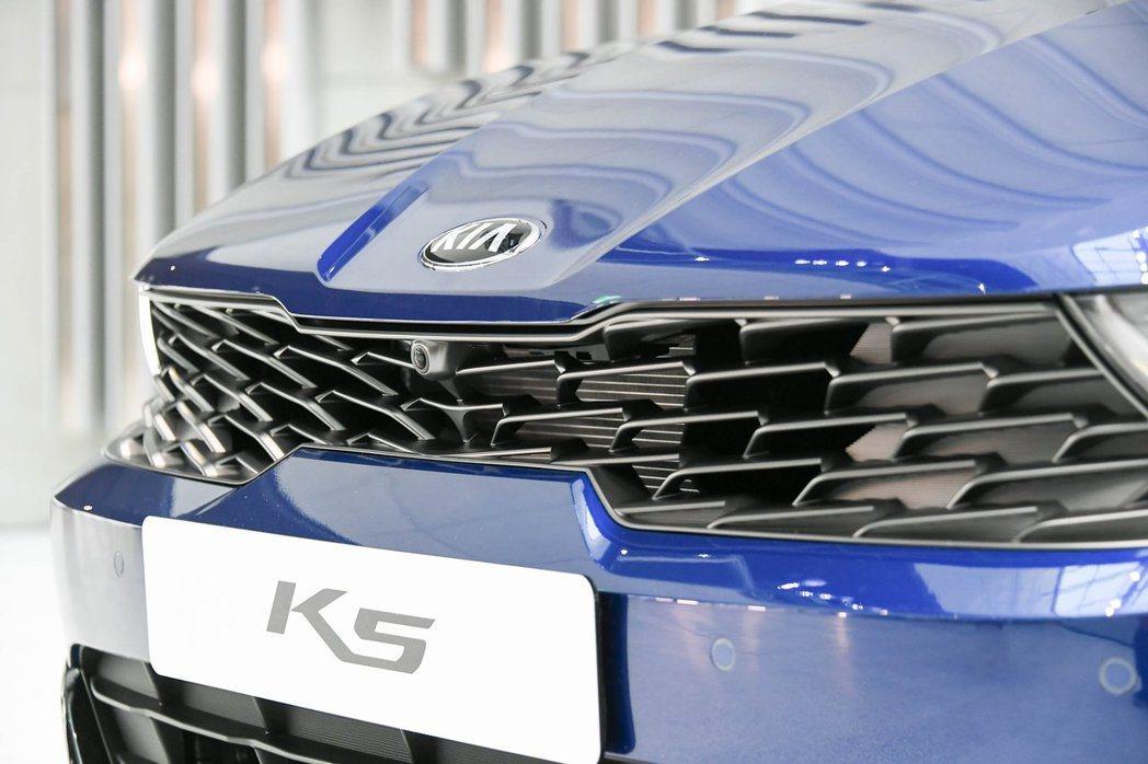 第三代Kia K5的Tiger Nose幾乎演變為「Tiger Mask」。 摘...