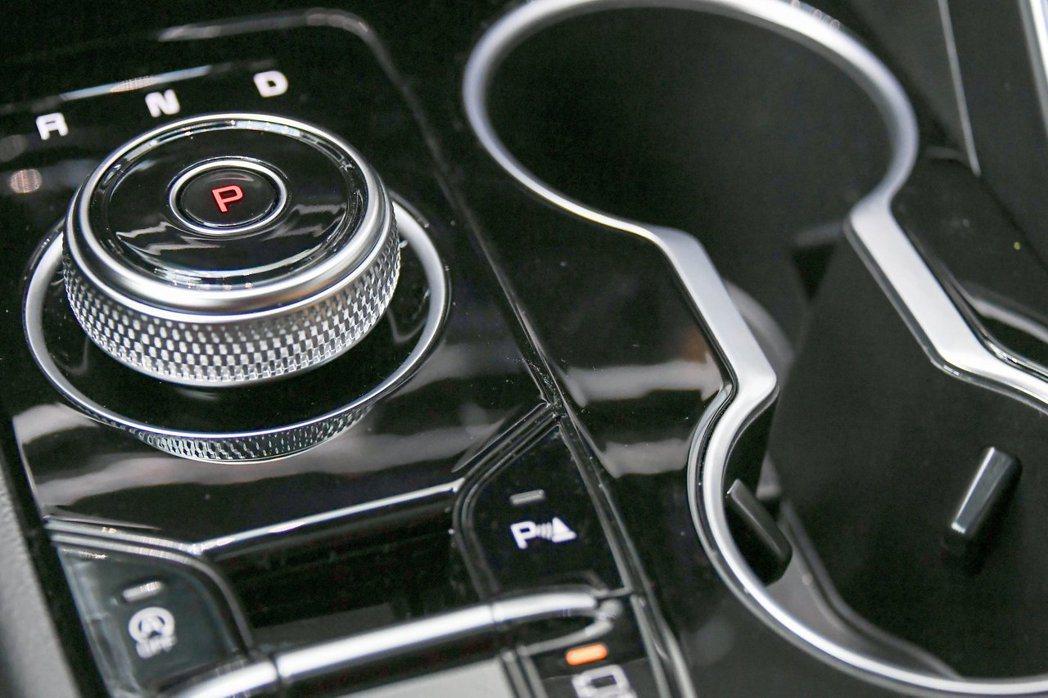 第三代Kia K5改以旋鈕式排檔取代傳統的排檔桿。 摘自Kia