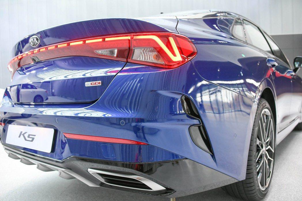 新世代Kia K5車尾猶如先前小改款Kia K7 Premier的造型。 摘自K...