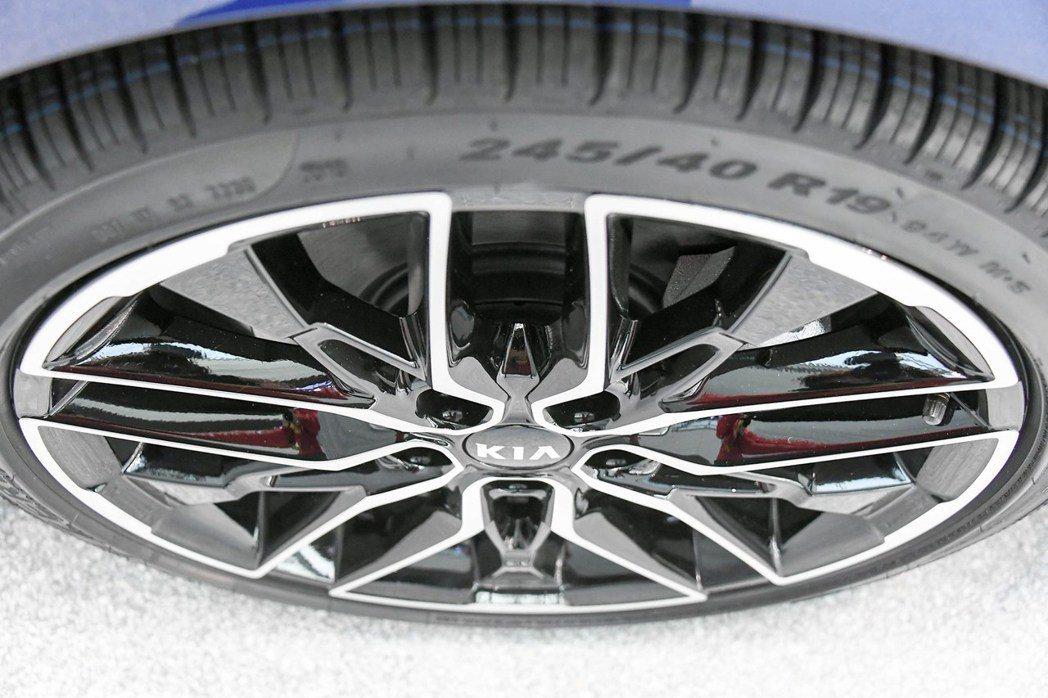 第三代Kia K5可依車型不同而有16吋至19吋之鋁圈選擇。 摘自Kia