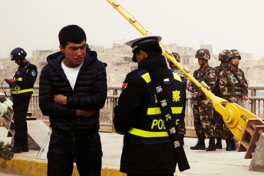 當局的治理技術極為細膩,依據不同城市的情況,有收有放。圖為新疆的喀什市區。 圖/...
