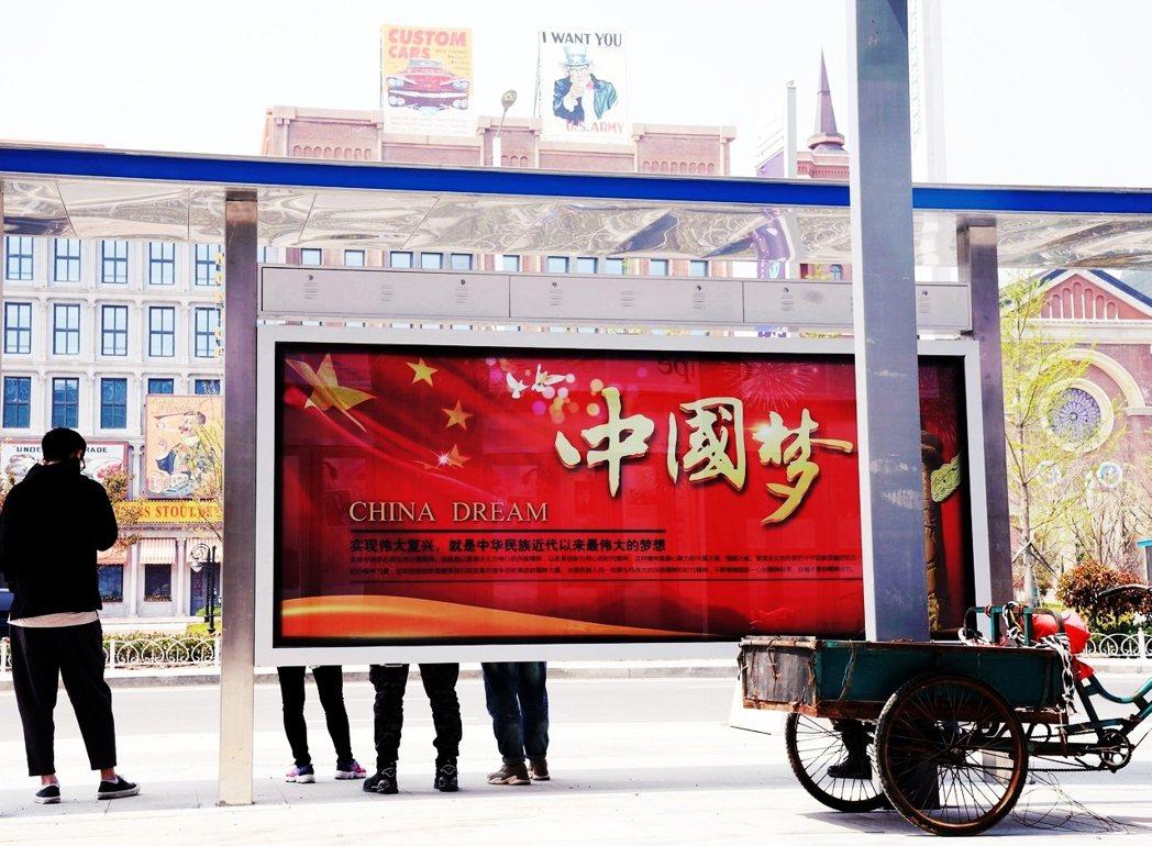 中國上海的公車站牌廣告看板上,有「中國夢」標語。 圖/路透社