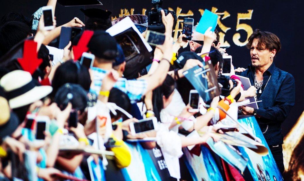 2017年強尼.戴普到上海宣傳《神鬼奇航》系列電影。 圖/法新社