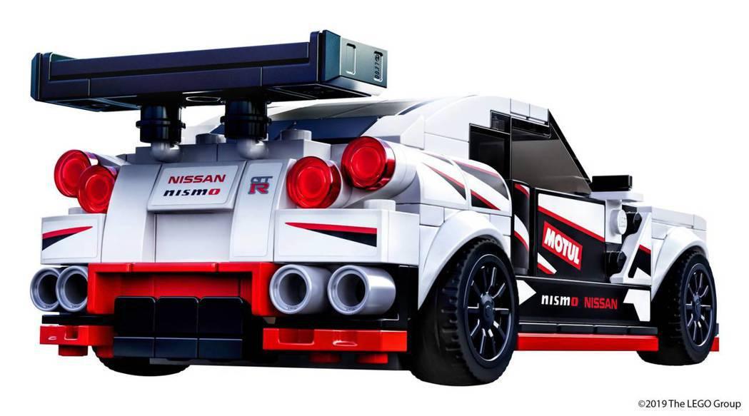 LEGO GT-R Nismo得益於標誌性的圓形尾燈,巨大的尾翼和雙邊四出的排氣...