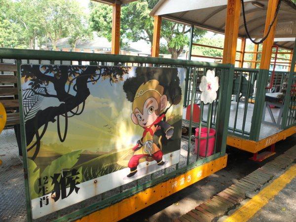 原本運載甘蔗的五分車已轉型作為觀光小火車,每節車廂都有不同12生肖當代表。