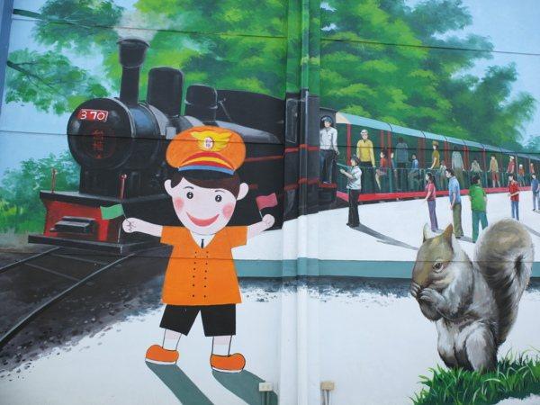 「台灣糖業鐵道文化博物館」牆壁有著早年糖業、甘蔗及鐵道風貌相關的主題彩繪。