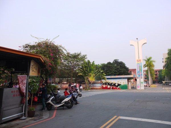 「阿松臭豆腐」位置並不難找,就在大馬路上,且正對面就是台南新營高工,相當顯眼。