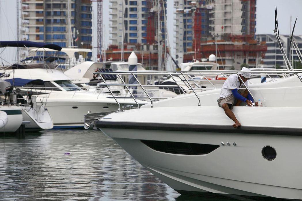 近來經濟變數大增,連富豪們花錢都變得謹慎保守,進而影響遊艇等奢侈品產業的銷售。 ...