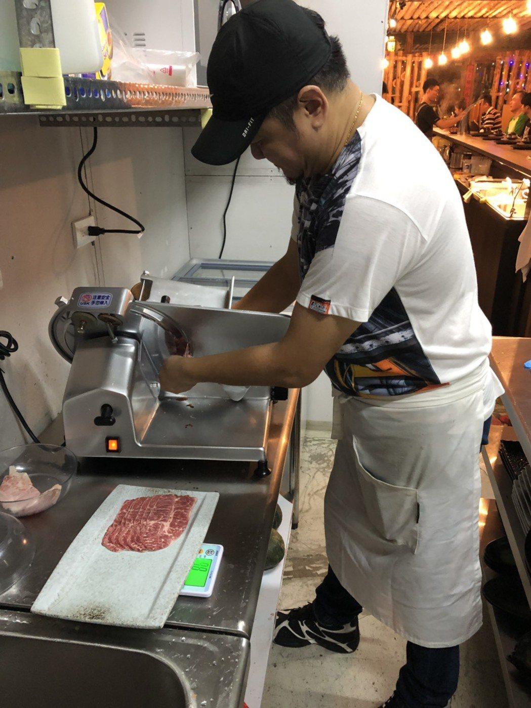 傅治國於2004年在新竹市開立「黑食堂」居酒屋,經15年的洗禮,搭配出沾醬、拌麵...