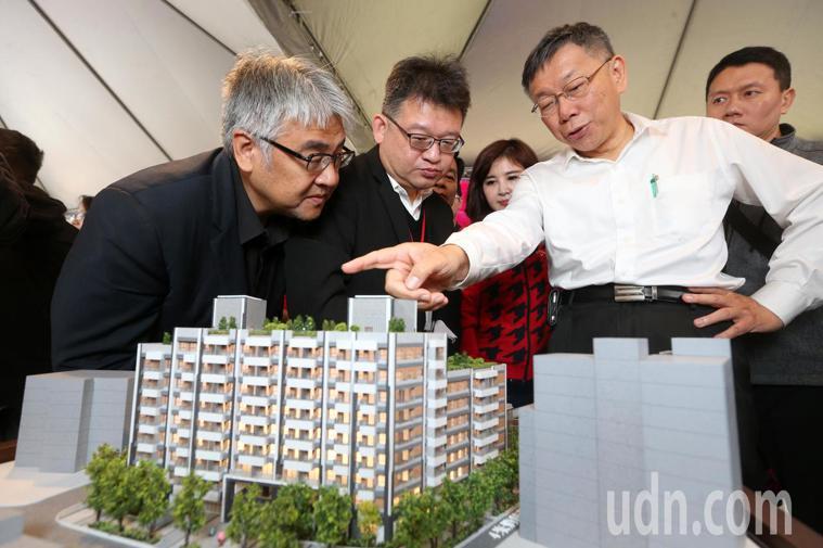 台北市長柯文哲參觀和興水岸社會住宅模型。記者胡經周/攝影