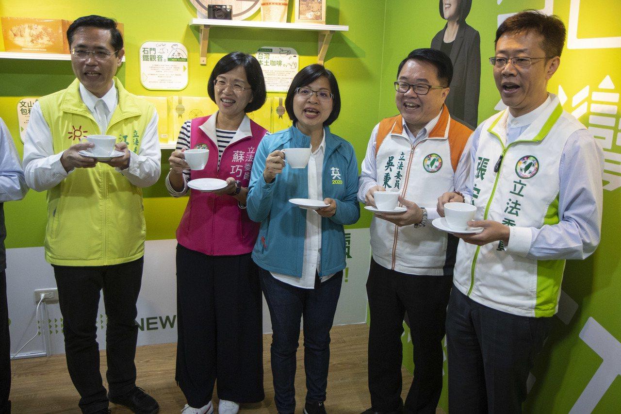 民進黨立委吳秉叡(右2)今表示,侯市長還沒有正式為韓國瑜助選,有些場合還錯開,另...