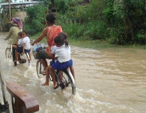 甘妮小學建造時僅以簡陋的木造椰子樹臨時搭建而成,學校位處於低窪地區,逢雨必淹汪洋...