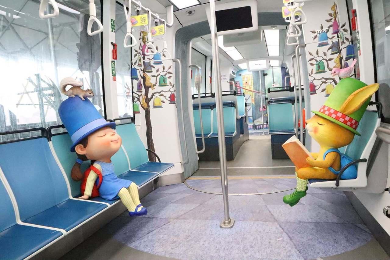 幾米彩繪列車處處都是幾米彩繪圖案,還可以跟等身高的繪本主角一起搭車。圖/摘自新北...