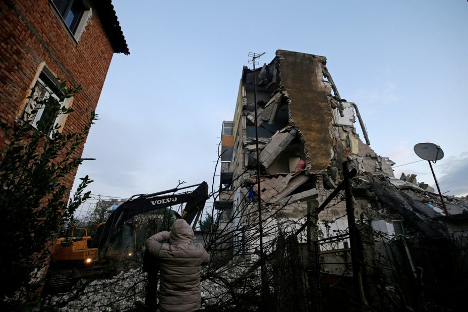 阿爾巴尼亞26日發生規模6.4地震,圖曼鎮(Thumane)一棟建築倒塌。路透