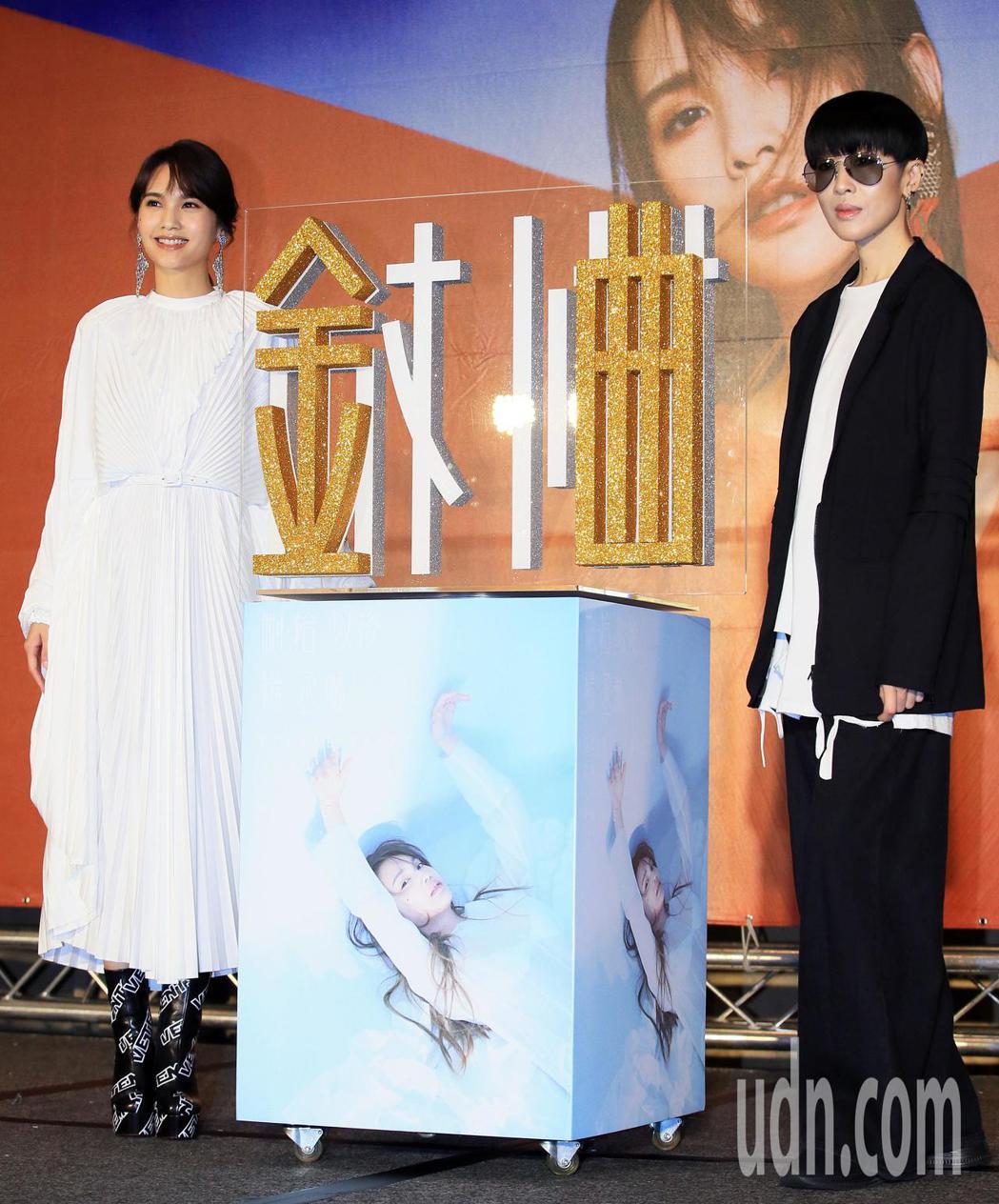 楊丞琳(左)《刪·拾以後》發片記者會上,珊妮老師到場相挺。記者潘俊宏/攝影
