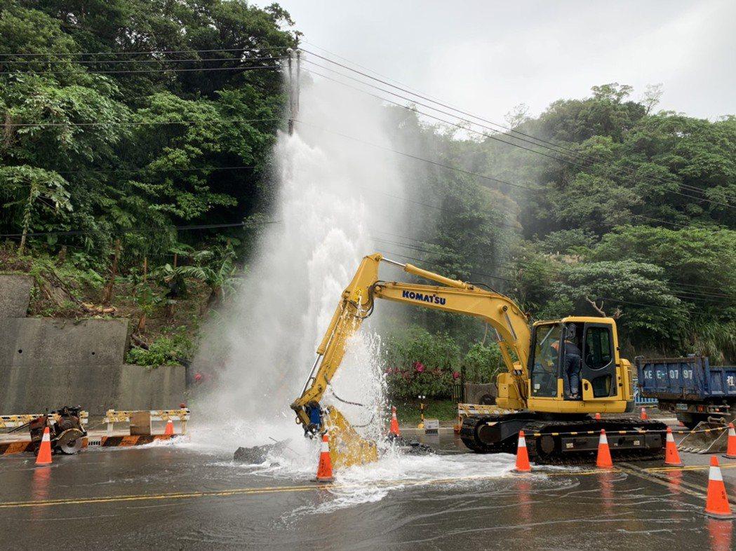 台電施作「基隆市調和街桿線地下化」工程,不慎挖破地下水管,導致水管破裂,水噴三層...