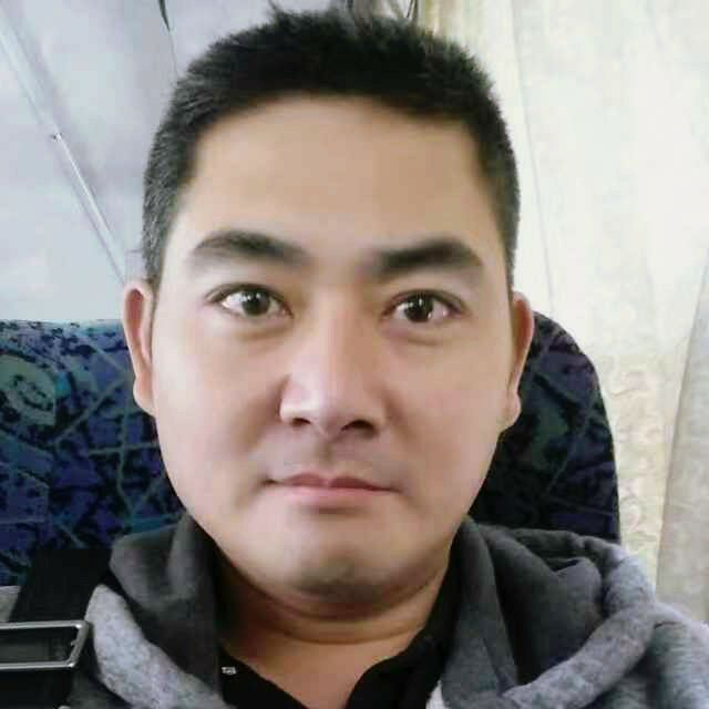 42歲型男何先生是檳榔族,原本常被說像藝人李志希、劉德華、何家勁,因舌癌進行切除...