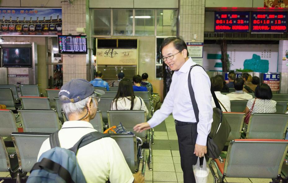 立委劉櫂豪(右)爭取台鐵台北往返台東每天3列次,自12月17日開始實施台東實名制。記者羅紹平/翻攝