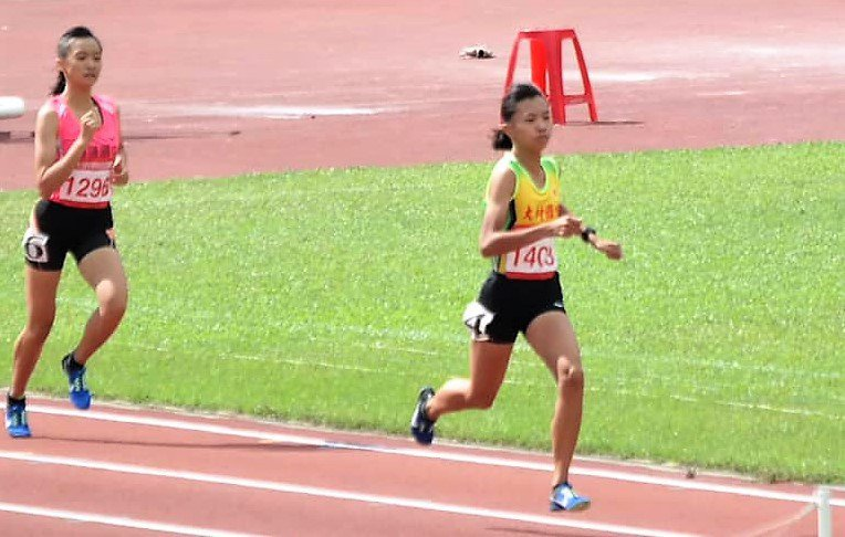 大村國中三年級選手石雅純(右)在今年全國中等學校田徑錦標賽中800公尺和1500公尺項目奪得兩面金牌。圖/大村國中提供