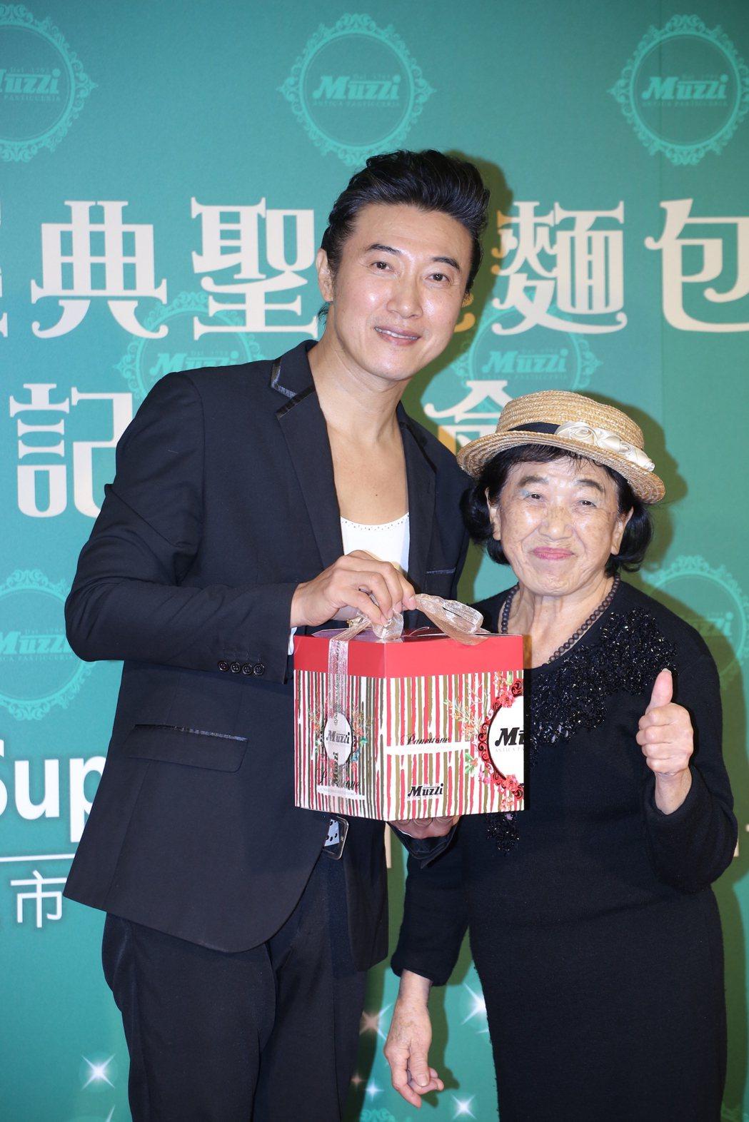 陳鴻(左)和媽媽一同出席活動。圖/越昇國際提供