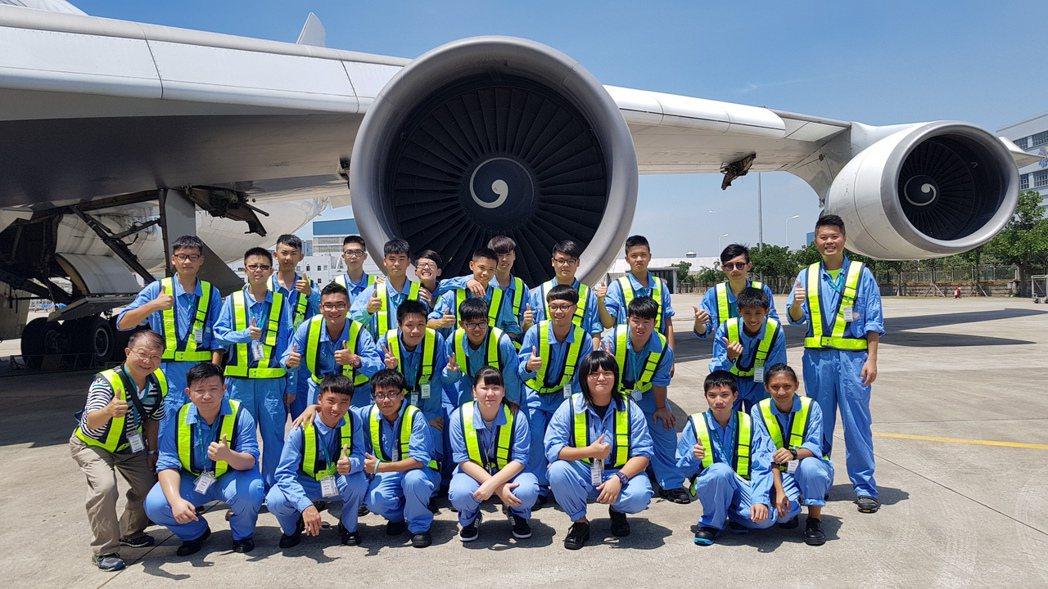大榮中學師生參觀太古飛機工程有限公司,進行培訓課程。圖/大榮中學提供