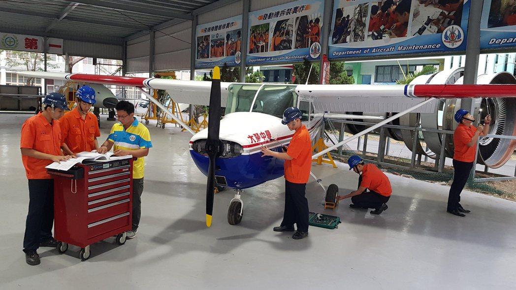 大榮中學飛修科學生在飛修棚場航線服務工作實習。圖/大榮中學提供
