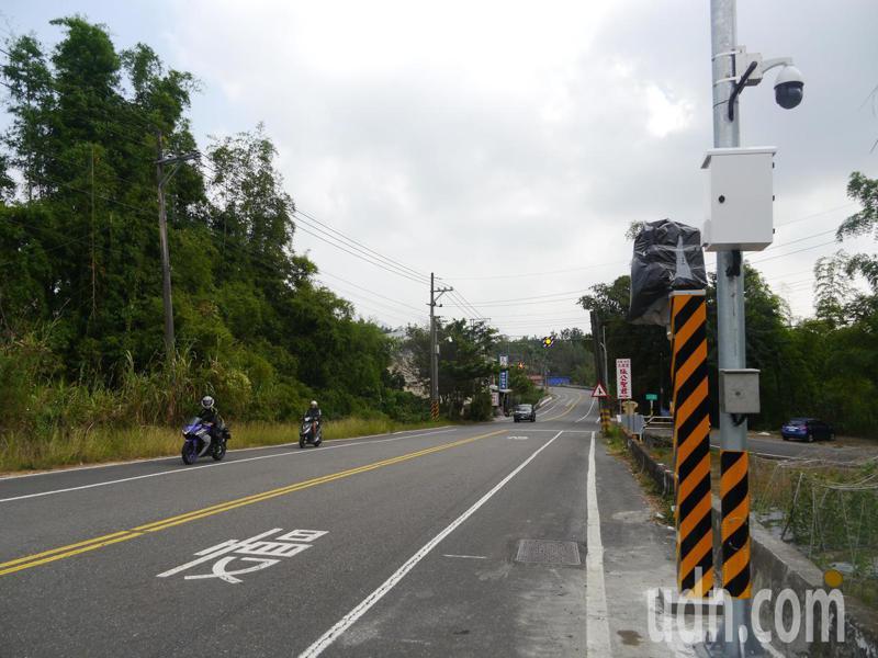 高182道路裝置「區間測速照相」,31.5公里處有第二台照相機,位於內門西門國小入口處附近。記者徐白櫻/攝影