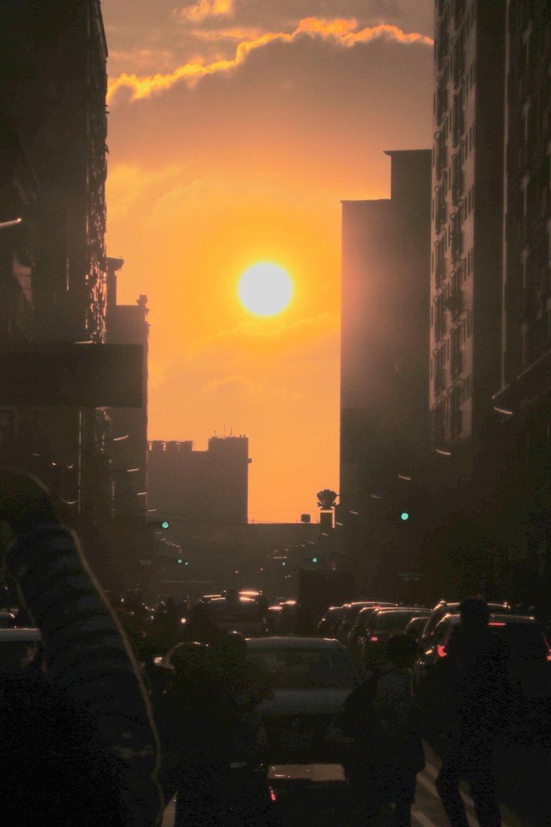 桃園懸日今天在南平路登場,)至禮拜五(29日),傍晚約4點半至5點期間,在無雲遮下可以觀賞到懸日美景。記者曾健祐/攝影