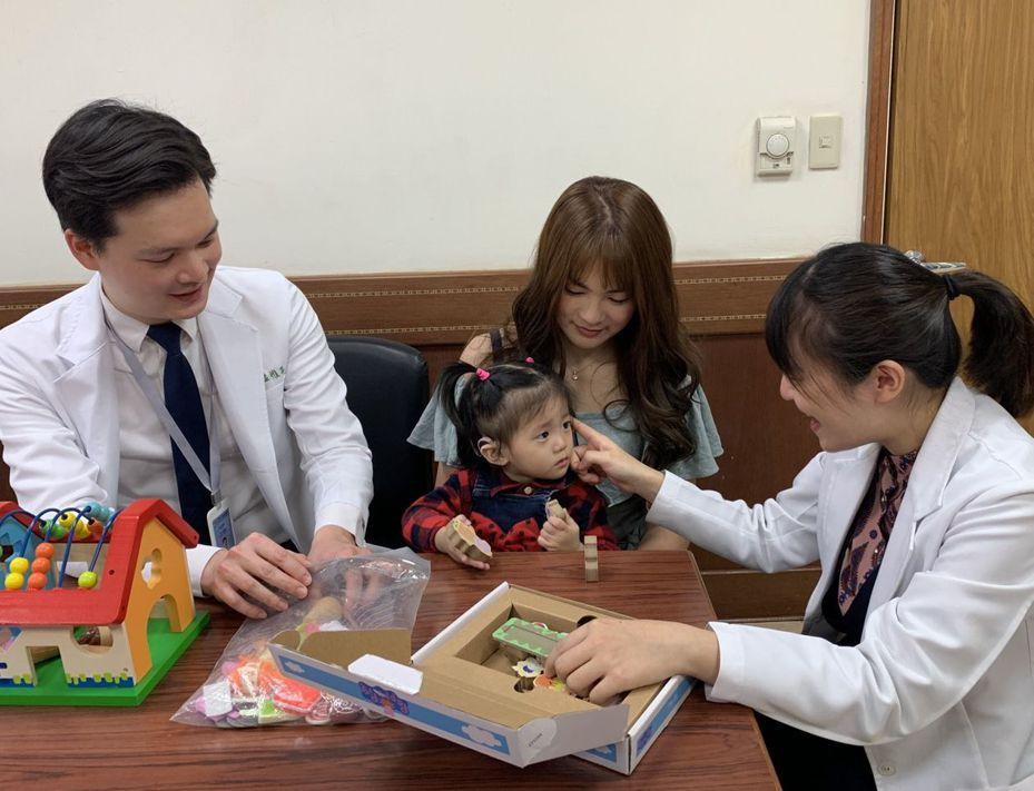 2歲的女童(中)在裝戴電子耳後人生改觀,如今可以叫爸爸,媽媽,抱抱等簡單字詞。圖/中山附醫提供
