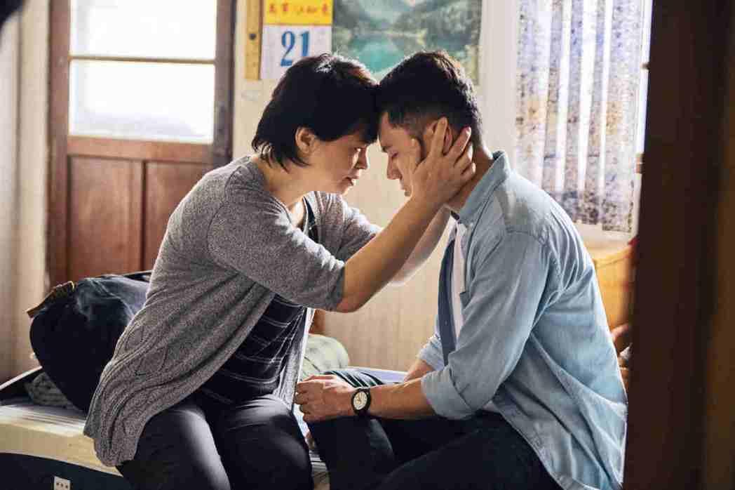 邱志宇(右)與何子華在「我的靈魂是愛做的」母子親情戲,連自己的親媽都看到感動落淚...