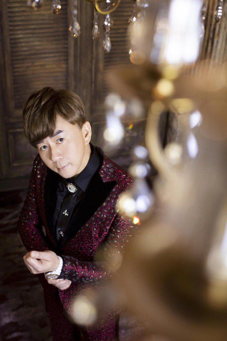 王萊不當校長,中年轉行成台語歌手。圖/王萊提供